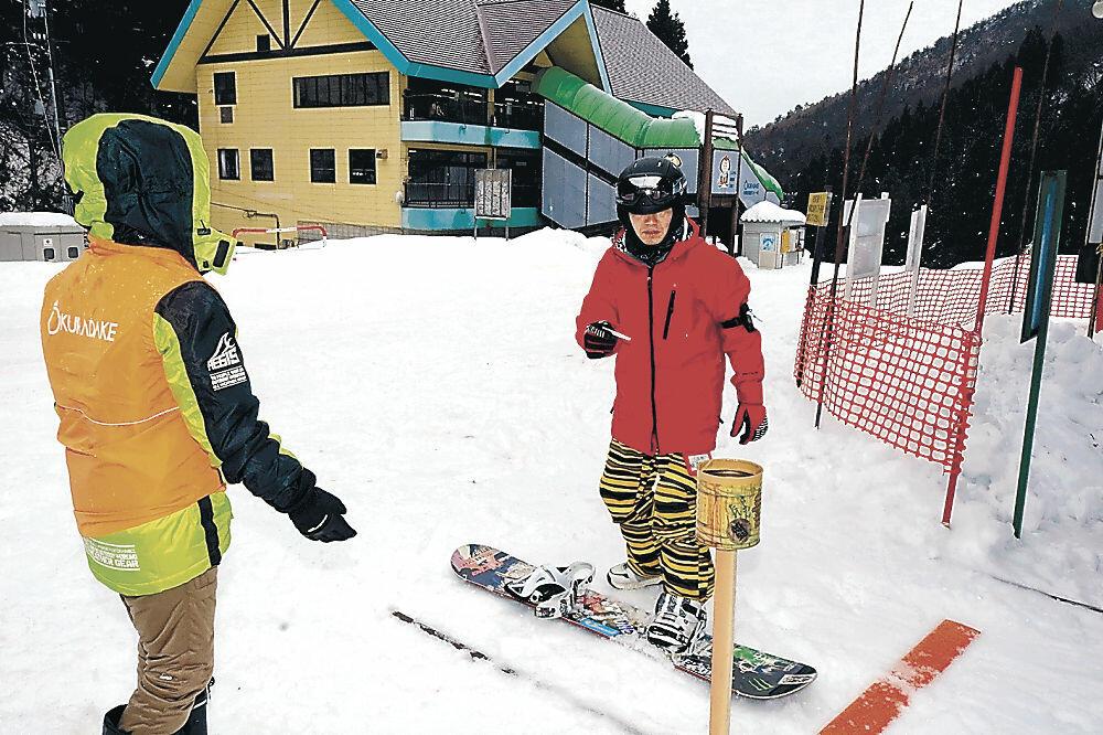 スノーボードを楽しむ愛好者=小松市の大倉岳高原スキー場