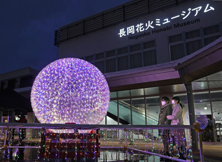 大輪の花火をイメージしたイルミネーション=20日、長岡市喜多町のながおか花火館