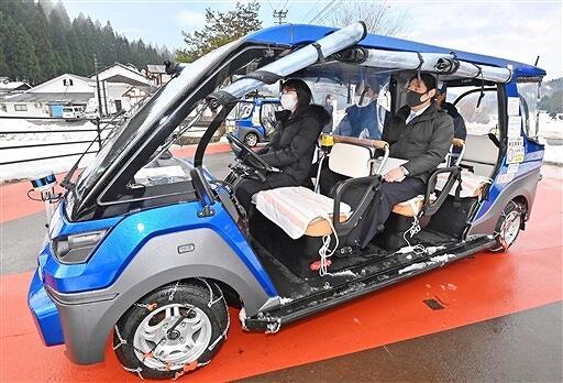運転席が無人で運行された自動運転車=12月22日、福井県永平寺町荒谷