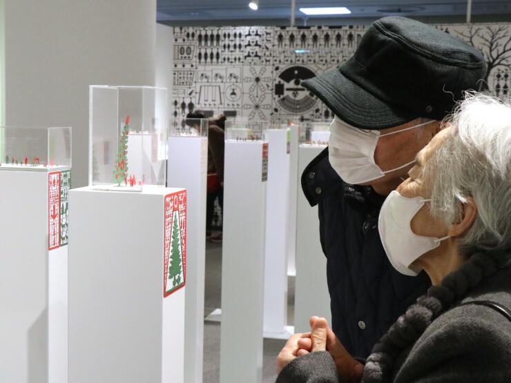 紙製の小さな模型が並ぶ「1/100のものがたり展」=23日、新潟市中央区