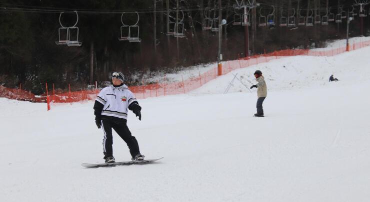 初滑りを楽しむスノーボーダーたち