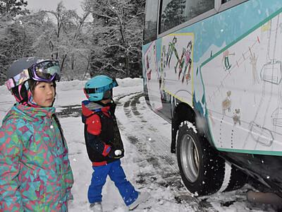 地元小学生の絵をラッピング 白馬のスキー場シャトルバス