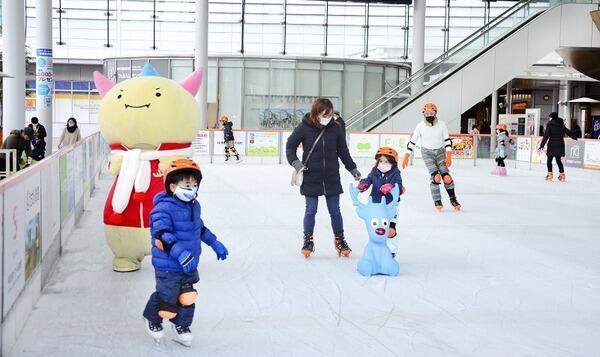 福井国体マスコット「はぴりゅう」も訪れた中、スケートを楽しむ来場者=12月25日、福井県福井市のハピテラス
