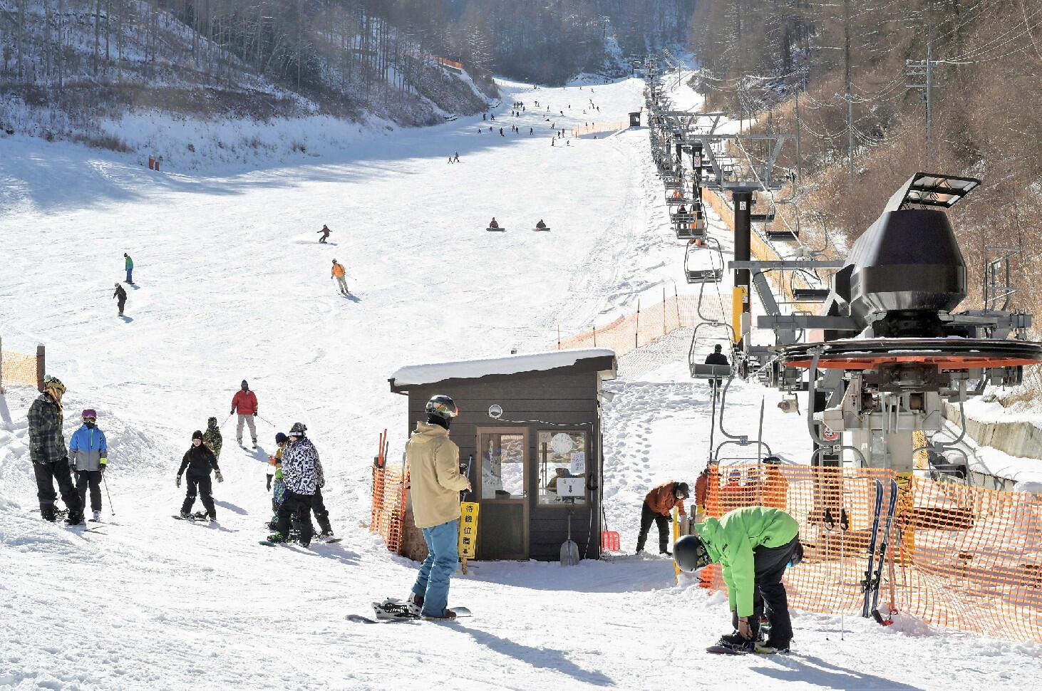 2季ぶりにオープンした武石番所ケ原スキー場でスキーやスノーボードを楽しむ人たち