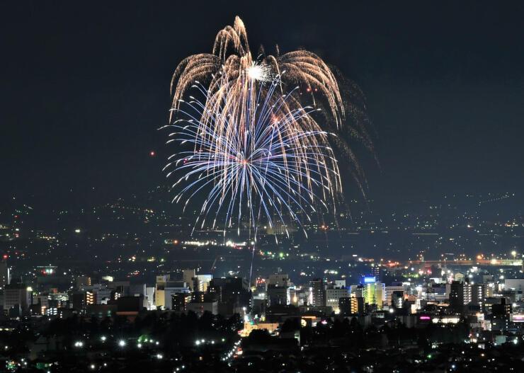 松本の街明かりと共演する打ち上げ花火=27日午後7時2分
