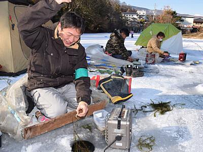 ワカサギ「来た!」冬の小海 釣り解禁、遊漁券1万人分無料
