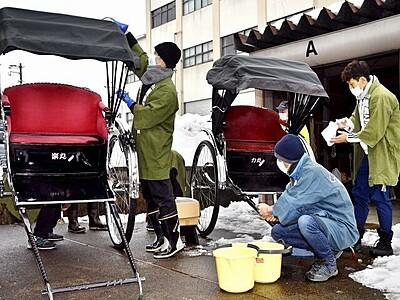 来年はたくさん引くぞ! 人力車を清掃、迎春準備 福井