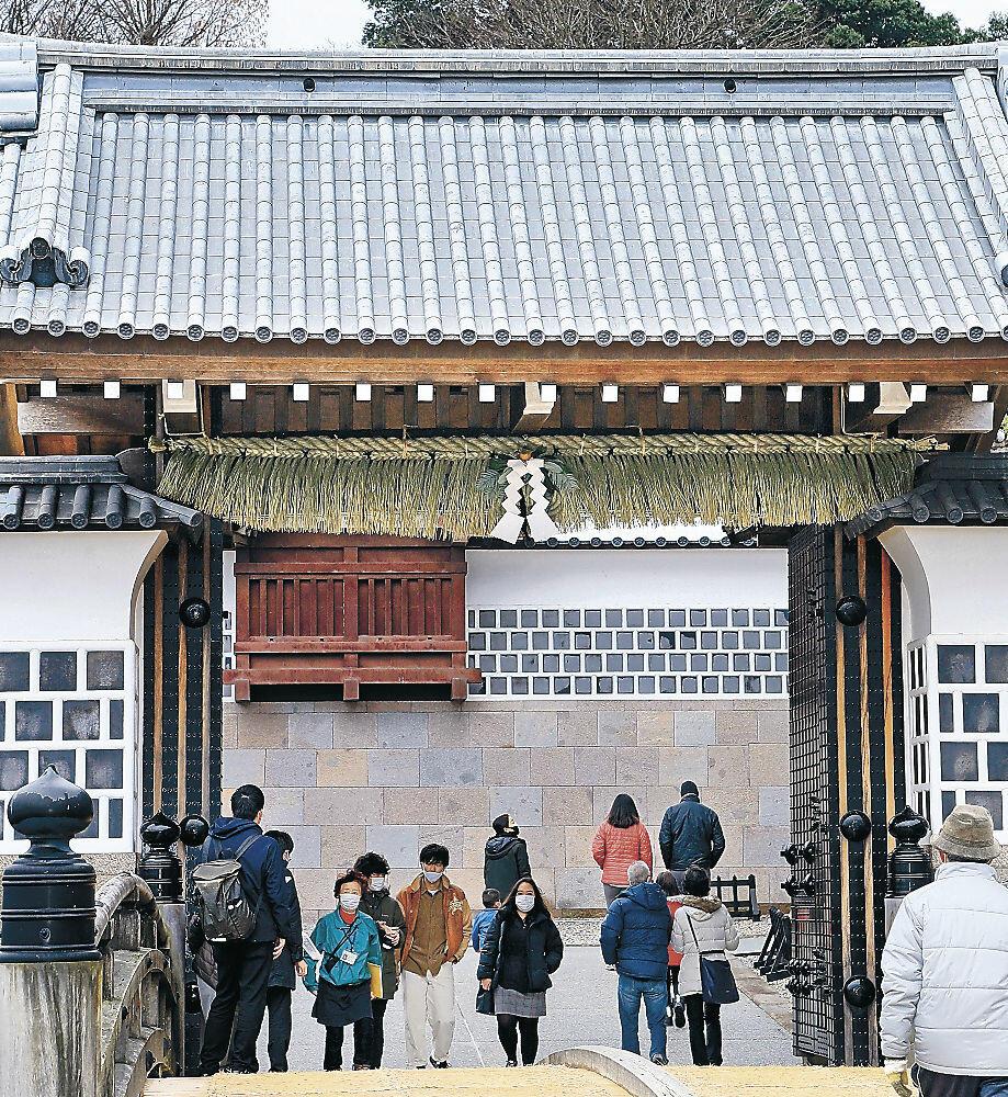 橋爪一の門に取り付けられた「数の子飾り」=金沢城公園