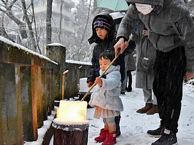 雪景色の鹿教湯 氷の灯籠がほのかに