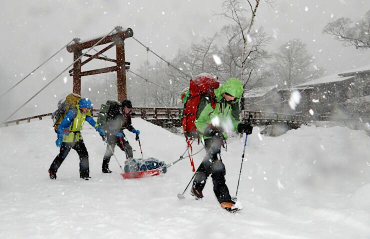 降り続く雪の中、上高地から目的の山に向かう登山者=30日午前9時、松本市安曇
