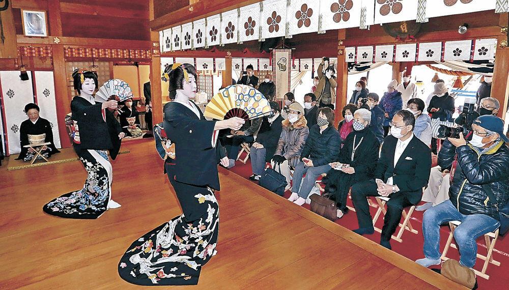 優美な舞で新春を彩る芸妓衆=増泉2丁目の春日神社