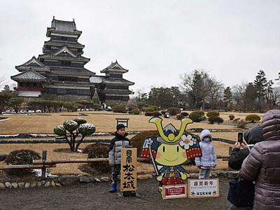松本城、家族連れら楽しむ 三が日、本丸庭園無料開放