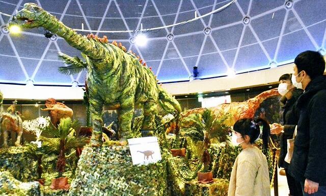 針金ハンガーやクラフト紙を再利用して作られた大型恐竜=1月3日、福井県坂井市の県児童科学館