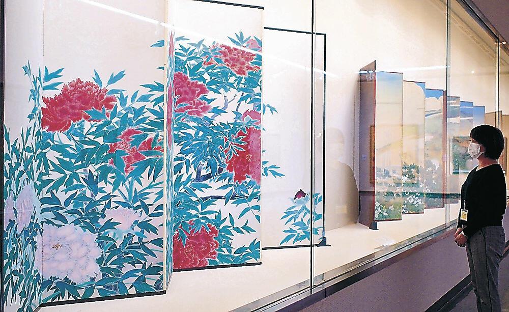 四季の植物がモチーフの作品を集めた企画展=金沢市の石川県立美術館