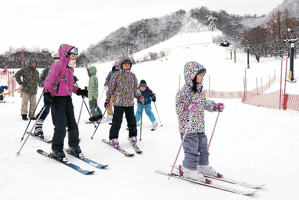 初滑りを楽しむ来場者=金沢市営医王山スキー場