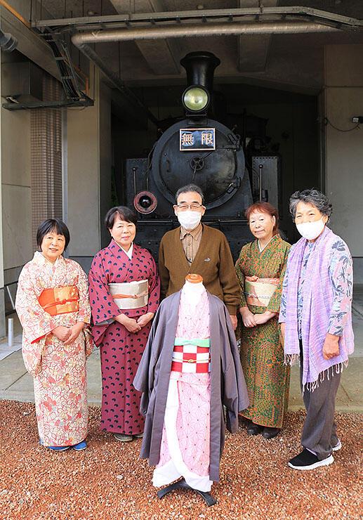 禰豆子のコスプレ衣装(中央)を紹介する窪田さん(右)ら=魚津市村木公民館