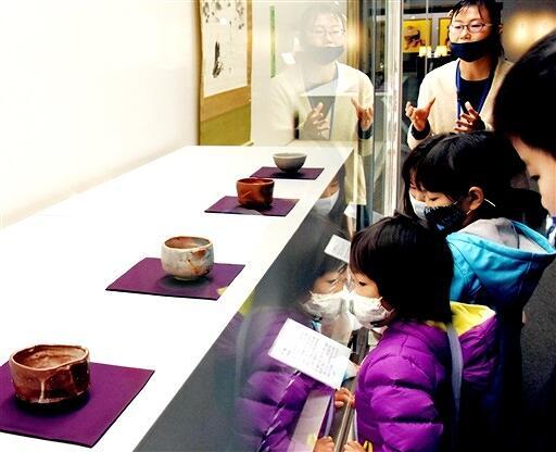 天心が「茶の本」で示した日本の美意識を紹介するコレクション展=1月3日、福井県福井市の県立美術館