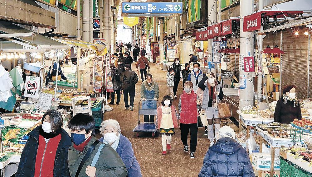 全店の営業が始まった近江町市場。観光客の姿は少なかった=金沢市