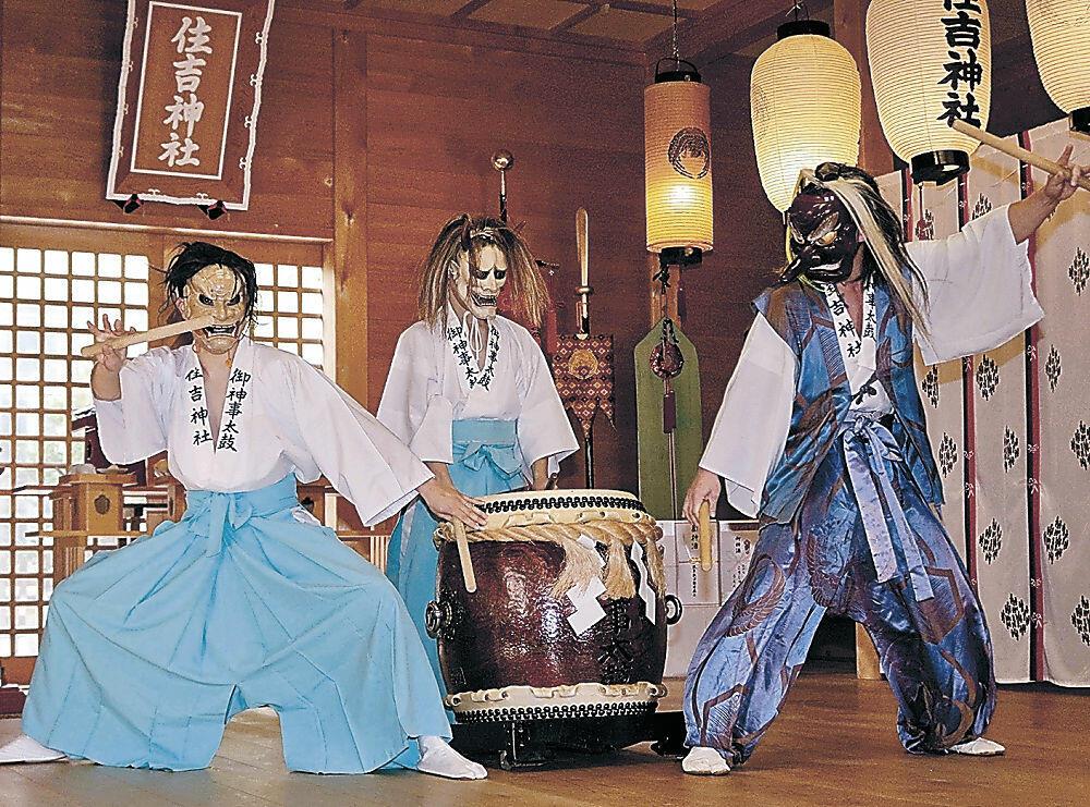 御神事太鼓を奉納する保存会員=輪島市鳳至町の住吉神社