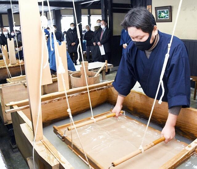 越前和紙の漉き初めを披露する職人=1月5日、福井県越前市新在家町の卯立の工芸館