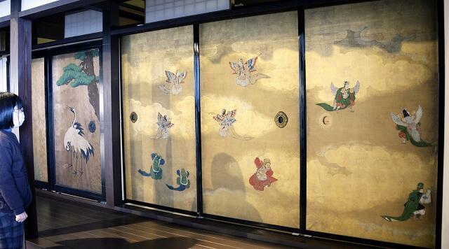 めでたい雰囲気が漂う金箔のふすま絵(右)とツルの杉戸絵=1月7日、福井県小浜市食文化館
