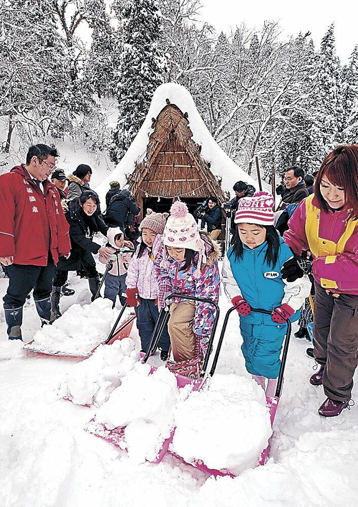 雪詰め作業を楽しむ来場者=2018年1月、湯涌町