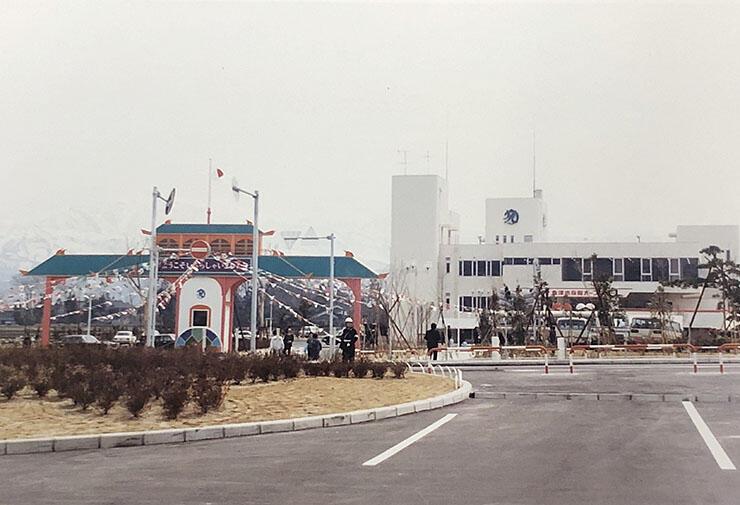 開館した1981年の3代目魚津水族館。当時は竜宮城をイメージした門(左)があった