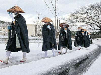 大雪の中、寒行托鉢 門前・總持寺祖院