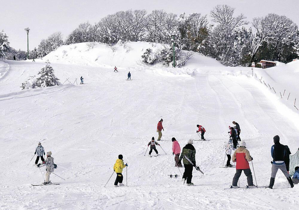 スキーやスノーボードを楽しむ来場者=七尾市多根町の七尾コロサスキー場