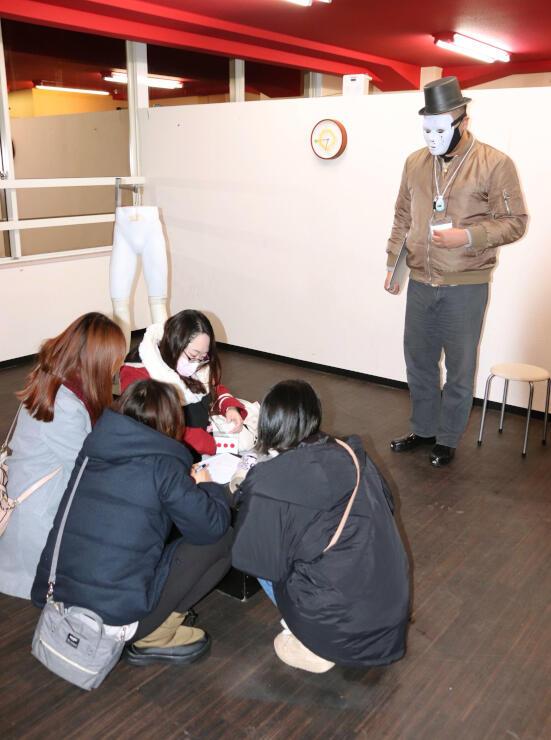 演劇関係者らが開催している脱出ゲーム「えんとつ村からの脱出」=10日、新潟市中央区