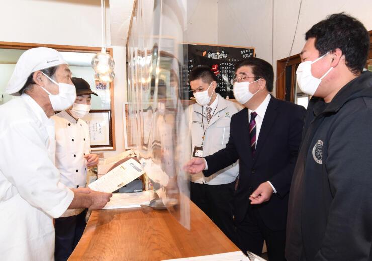 横山さん(左)にサイクリングオアシスの考え方を説明する関係者