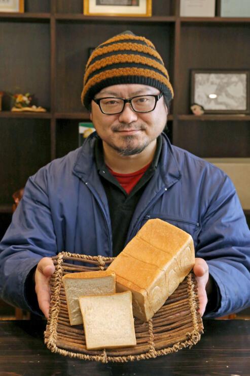 まつえんどんの三輪弘和社長がインターネット販売する冷凍食パン=南魚沼市美佐島