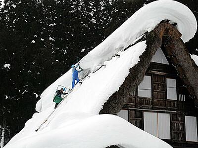 世界遺産守る屋根雪下ろし 南砺・相倉合掌造り集落