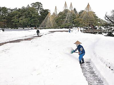 白銀の兼六園 雪かき進む 積雪30センチ、園路確保へ
