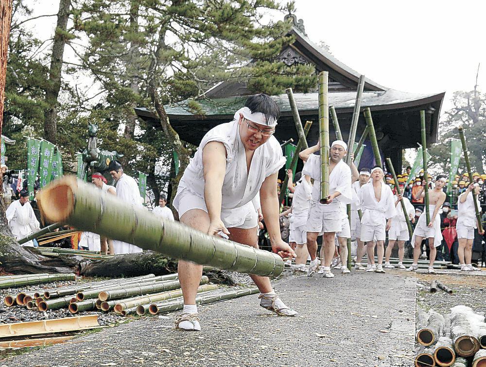 青竹をたたき割る若衆=2020年2月10日、加賀市大聖寺敷地の菅生石部神社