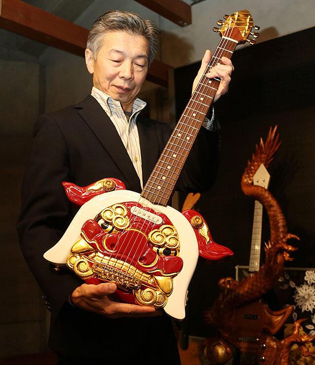 井波彫刻協同組合が制作した獅子頭のギター