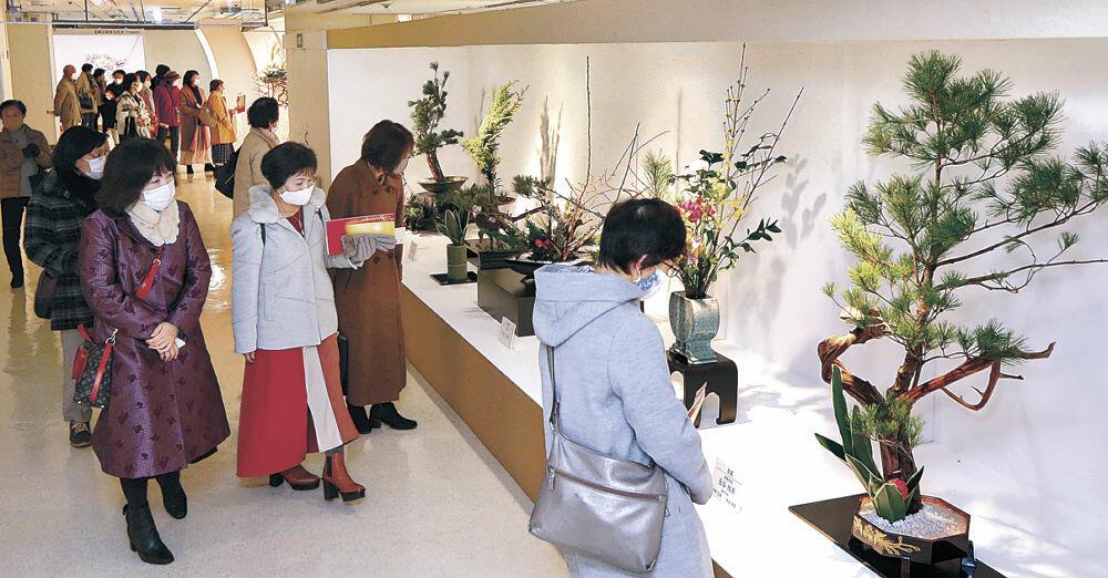 広い展示会場でじっくりと鑑賞する来場者=金沢市のめいてつ・エムザ8階催事場