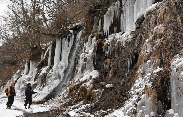 幾つも連なった氷柱を眺める観光客