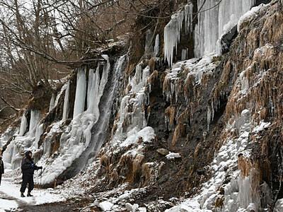 早くも「氷柱」 南牧の湯川渓谷