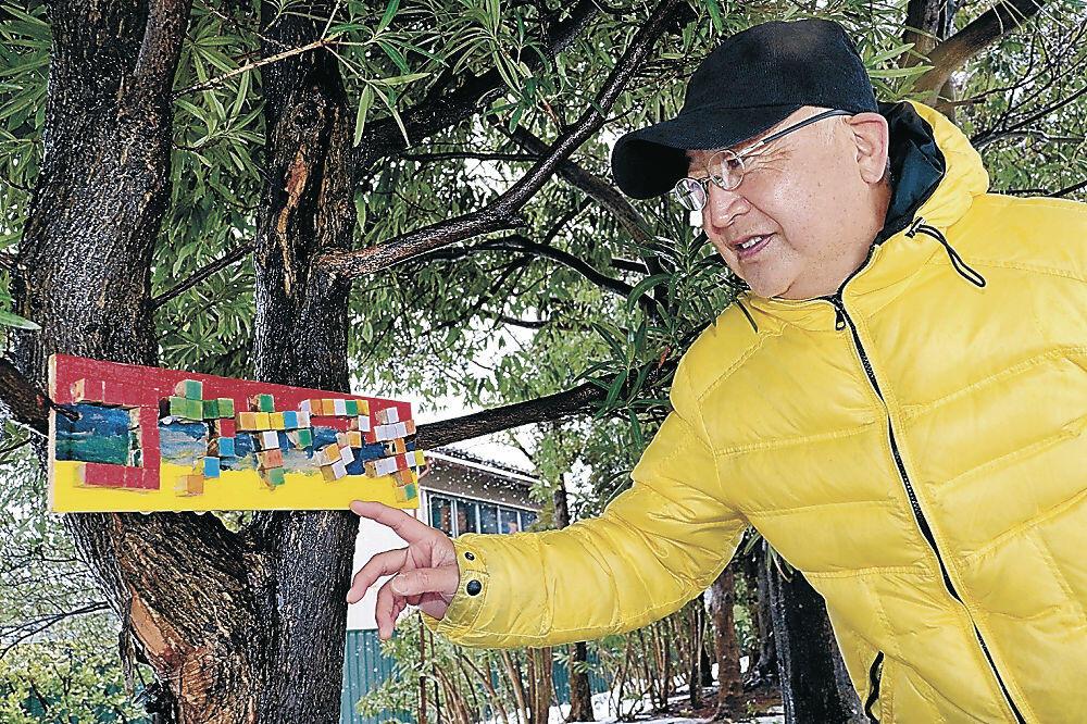 「コウヤマキ」の樹名板を紹介する後藤村長=金沢市民芸術村