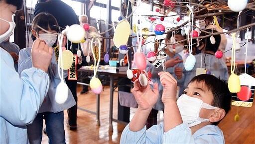 ケヤキの枝を飾り付ける鹿谷保育園の5歳児ら=1月18日、福井県勝山市のはたや記念館ゆめおーれ勝山