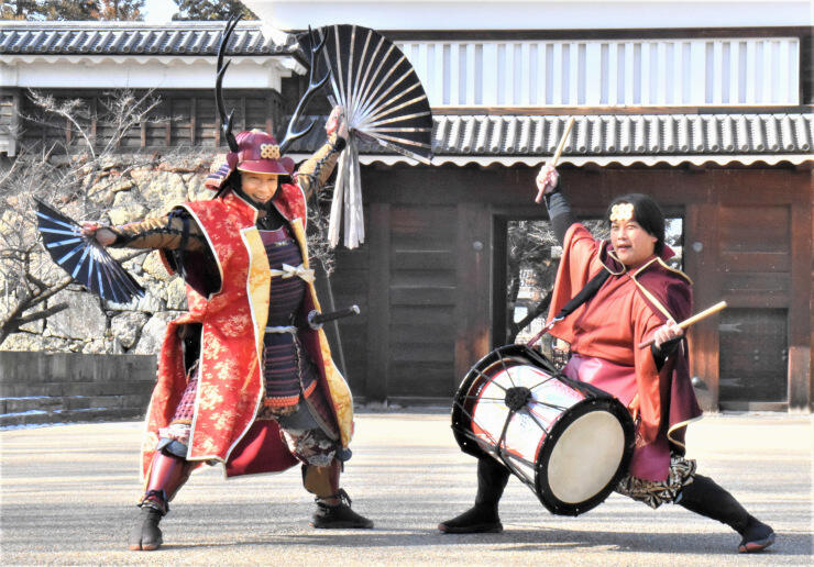 案内役の「おもてなし武将隊」の真田幸村さん(左)と猿飛佐助さん