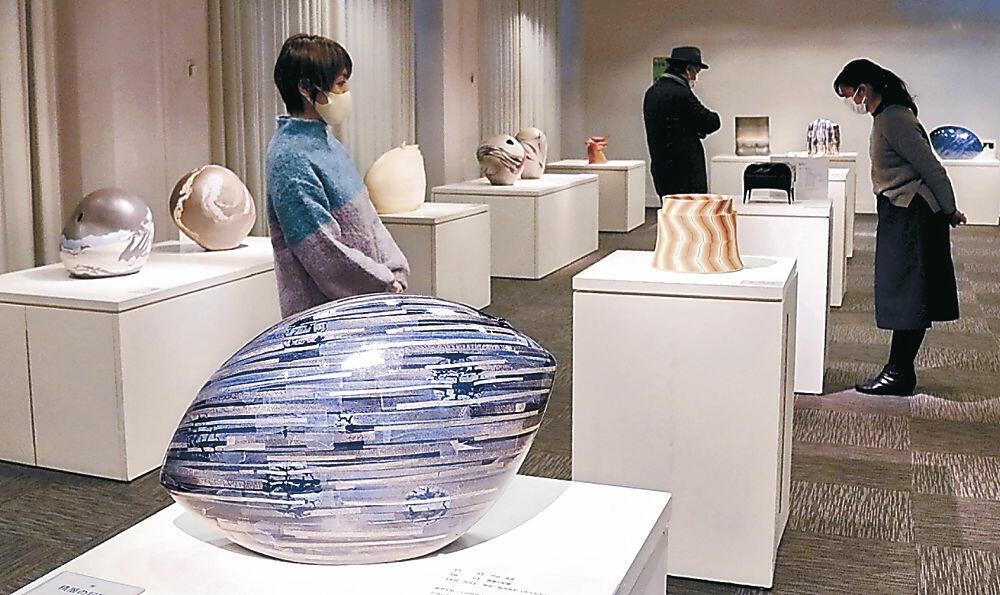 「美と生活の調和」を示した作品を鑑賞する来場者=金沢市のしいのき迎賓館