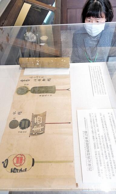 西津の町火消しの装束が描かれている絵巻物=福井県小浜市鯖街道ミュージアム