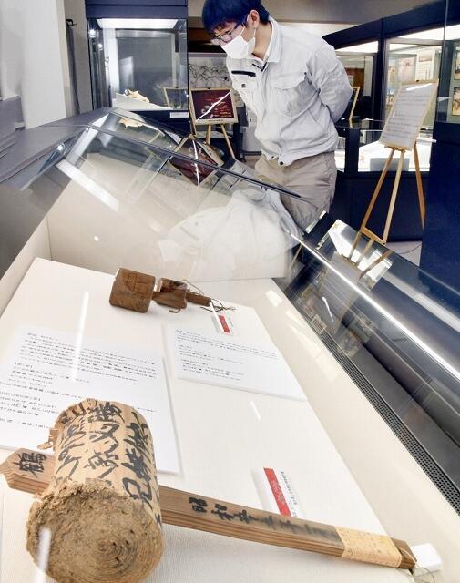 伝統行事の「戸祝い」「キツネガリ」を紹介する企画展=福井県美浜町歴史文化館