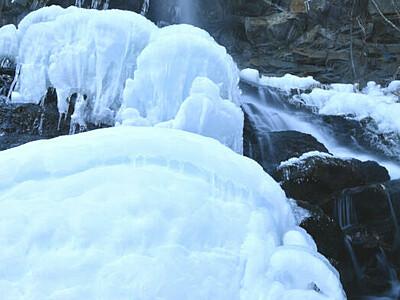 青白く輝く氷塊 茅野・横谷渓谷