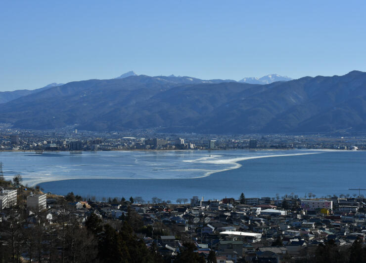 広範囲で氷が解けた諏訪湖=19日午後2時33分(下諏訪町の桜ケ城跡から撮影)