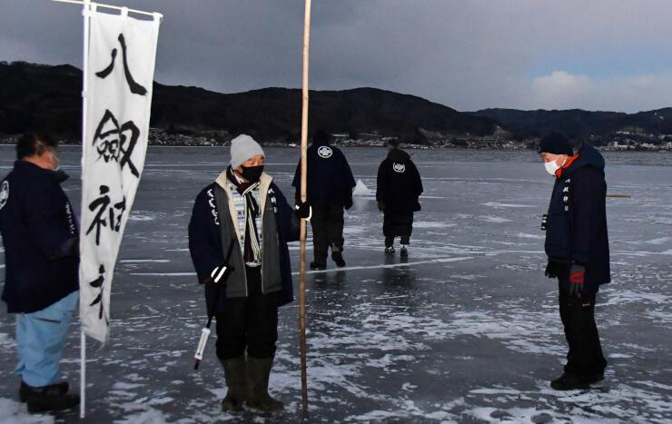氷の状態を確認する八剣神社の氏子総代ら=19日午前6時39分、諏訪湖の諏訪市側