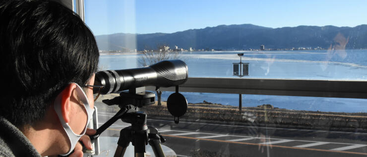 諏訪湖博物館・赤彦記念館の望遠鏡。時折、湖面の状態を見る人が訪れる