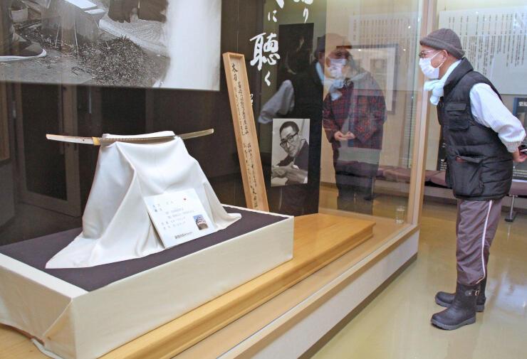 寄贈された日本刀が並ぶ刀剣伝承館・天田昭次記念館の特別展示=新発田市月岡温泉